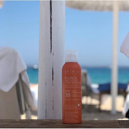 Plusol spray solare corpo spf30 per le tue attività en plein air resistente all'acqua e a rapido assorbimento.