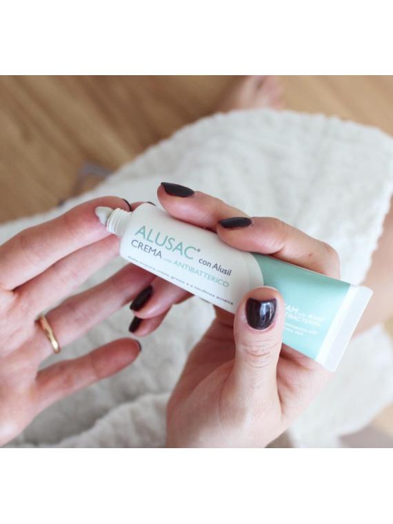 ALUSAC crema è adatta a qualsiasi tipo di pelle e qualsiasi età per attenuare brufoli e punti neri.