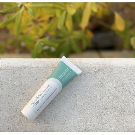 ALUSAC crema combatte gli inestetismi cutanei tipici dell'acne e della pelle impura.